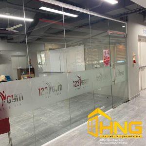 Vách kính kết hợp cửa mở quay được lắp đặt nhiều tại văn phòng