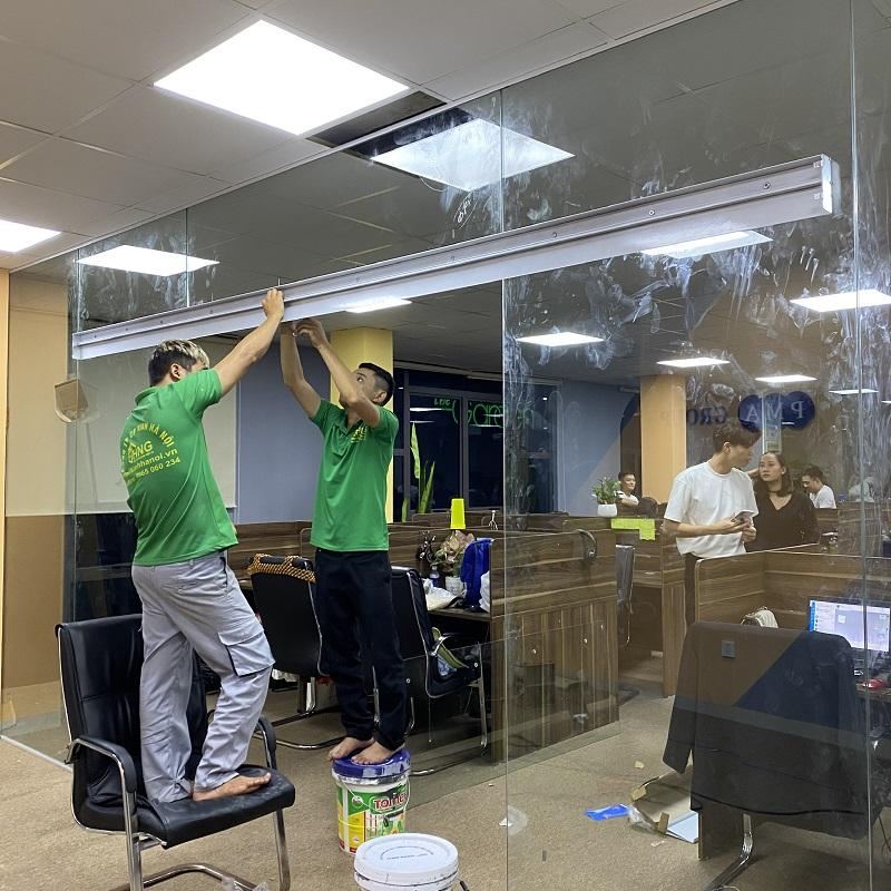Vách kính ngăn phòng kết hợp cửa mở lùa